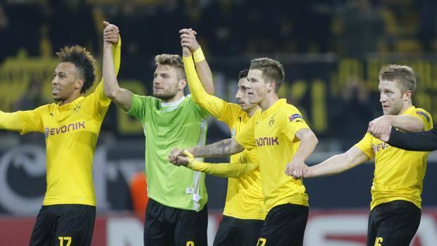 Il Dortmund festeggia la qualificazione agli ottavi. Ap