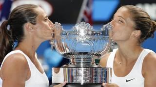 Sara Errani e Roberta vinci baciano la coppa di Wimbledon. ANSA