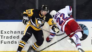 Sidney Crosby (87) dei Pittsburgh Penguins e il difensore dei York Rangers Dan Boyle . REUTERS