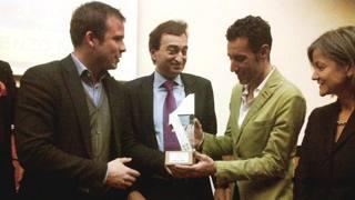Vincenzo Nibali riceve il premio nella cittadina svizzera