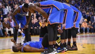 Kevin Durant, soccorso dai compagni durante Golden State-Oklahoma CIty. Reuters