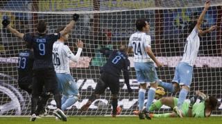 Il gol del 2-0 di Palacio. Reuters