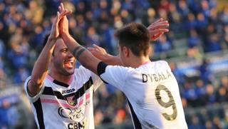 Franco Vazquez e Paulo Dybala esultano dopo il terzo gol all'Atalanta. Lapresse