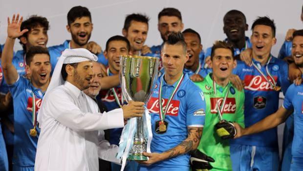 La consegna del trofeo al Napoli. Afp