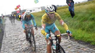 Vincenzo Nibali sul pav� del Tour de France 2014. Bettini