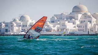 Abu Dhabi vista dal mare durante una gara di windsurf