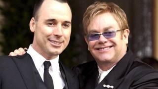 I neosposi Elton John e David Furnish (a sinistra)