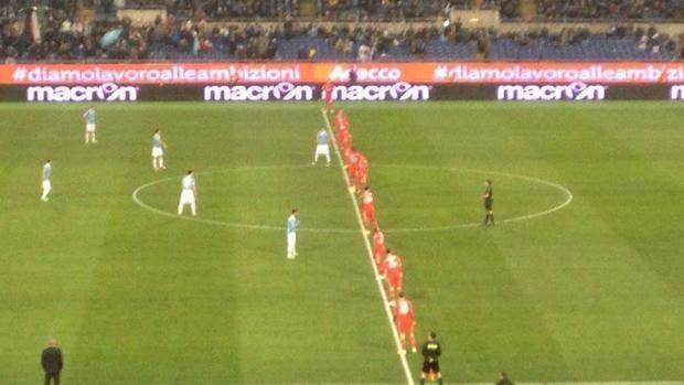 Tutti (tranne il portiere)  sulla linea mediana: ecco come si presenta la Sampdoria al fischio d'inizio dell'Olimpico. Il Cagliari di Zeman si era fermato a 8...