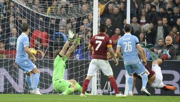 L'acrobazia di Totti che vale il gol del 2-2. LaPresse