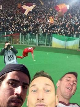 Dopo CR7 poteva mancare Messi? Qui c'è anche Khedira, il perché non è dato saperlo. E sullo sfondo la famosa scivolata di Gerrard...