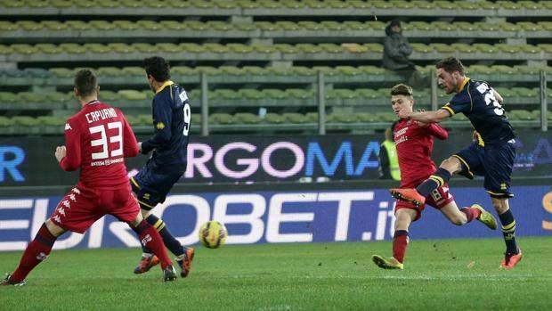 La sassata di Rispoli: è la rete del 2-1 gialloblù. Ansa