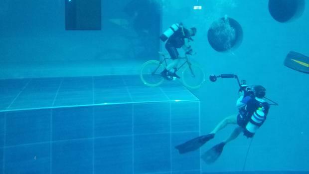In bici a 42 metri sott 39 acqua cicloimpresa da record for Y 40 piscina