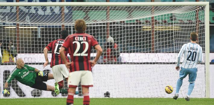 Al 38' del primo tempo il vantaggio della Lazio. Albertazzi tocca di mano in area: è rigore per i biancocelesti. Ansa