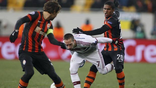 Ribery stretto nella morsa di Srna e Douglas Costa. Reuters