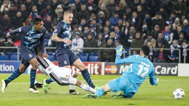 Il gol (che costa un infortunio) di Derlis Gonzalez. Epa