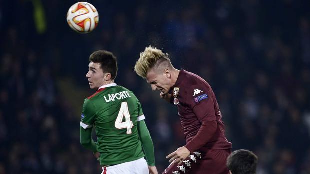 Maxi Lopez stacca per il gol del 2-0. LaPresse