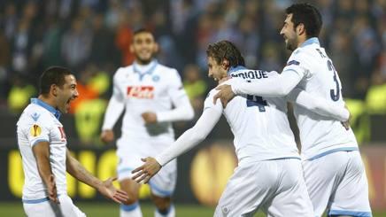 Henrique, 28 anni, festeggia con Gargano e Albiol il gol dell'1-0 per il Napoli. Action Images