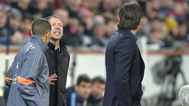 Simeone se la prende con Schmidt: il suo Atletico ha perso 1-0 a Leverkusen. Ap