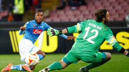 Jonathan de Guzmán, 27 anni, batte Arikan per l'1-0 Napoli. Afp