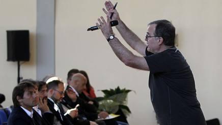Conte ascolta con grande interesse la lezione di Bielsa, a Coverciano. Getty Images