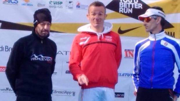 Paolo Lanfranchi, primo da sinistra, sul podio della Brescia Art Marathon