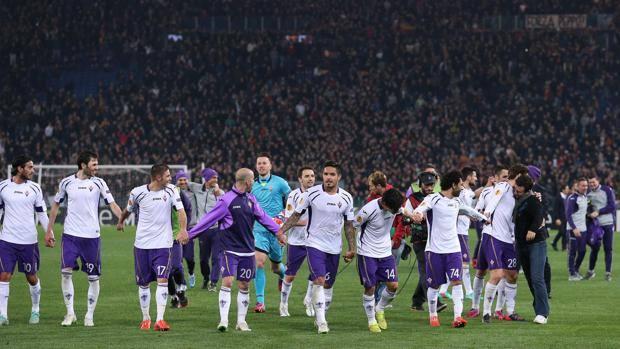 I giocatori della Fiorentina esultano sul prato dell'Olimpico. Ansa