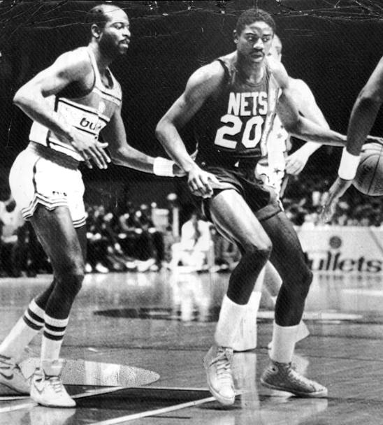 Michael Ray Richardson con la maglia dei New Jersey Nets in una partita contro i Washington Bullets