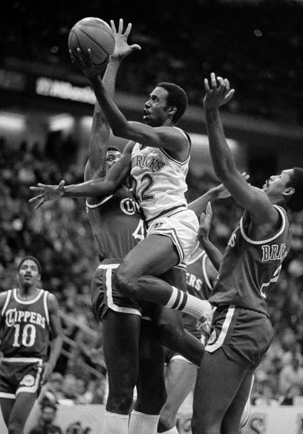 5 dicembre 1984: Rolando Blackman (22), in entrata tra James Donaldson (40) e Junior Bridgeman (2) durante Dallas Mavericks - Los Angeles Clippers (Ap)