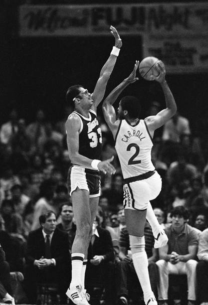 Joe Barry Carroll in attacco contr Kareem Abdul-Jabbar durante una partita del 1984 tra Golden State Warriors e Los Angeles Lakers (Ap)