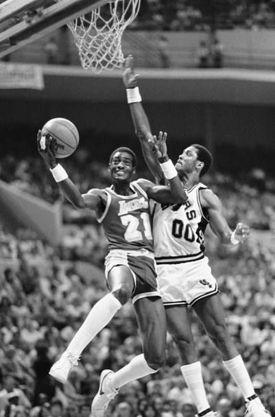 Michael Cooper (21) durante una partita dei playoff 1983 tra Los Angeles Lakers e San Antonio Spurs (Ap)