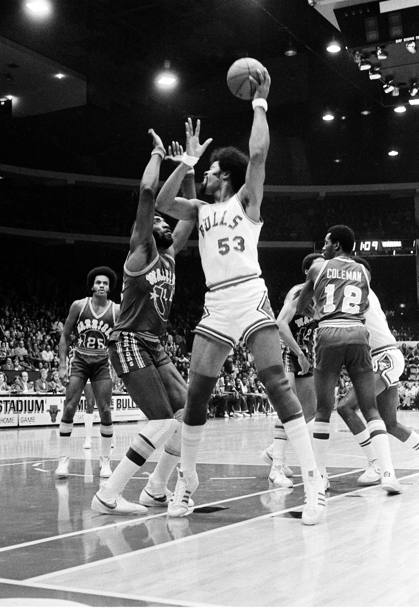Un gancio di Artis Gilmore in Chicago Bulls-Golden State Warriors del 25 ottobre 1977 (Ap)