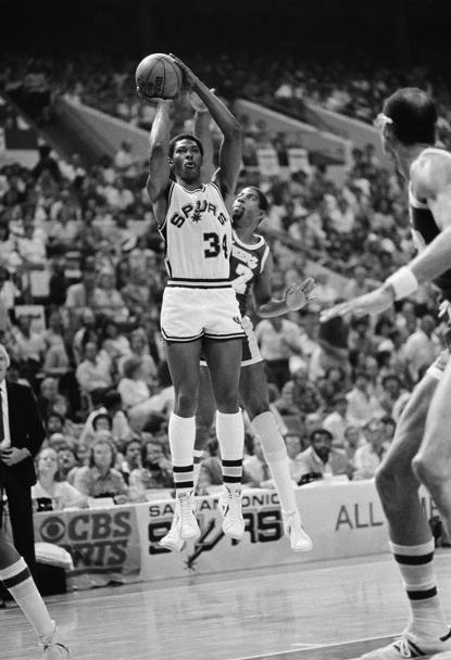 13 maggio 1983, finali di Conference: Mike Mitchell al tiro in the San Antonio Spurs - Los Angeles Lakers (Ap)