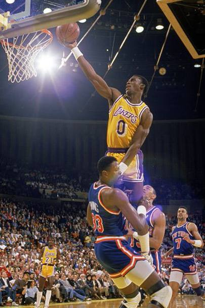 Orlando Woolridge a canestro con i Los Angeles Lakers (Getty Images)