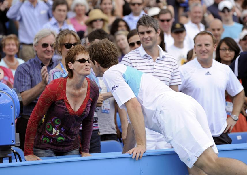 Andy bacia mamma Judy, in tribuna al Queen''s Club di Londra (Afp)