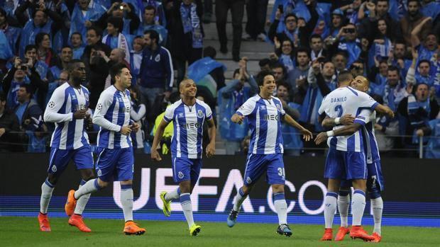 Quaresma festeggiato dai compagni all'Estadio do Dragao. Ap