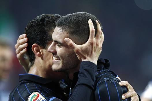 L'abbraccio tra Icardi ed Hernanes, autori dei due gol con cui l'Inter ha sconfitto la Roma. LaPresse