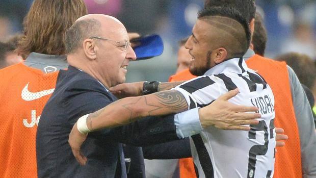 L'abbraccio da Beppe Marotta, dg del club bianconero, e Arturo Vidal, al termine di Samp-Juventus. Ansa