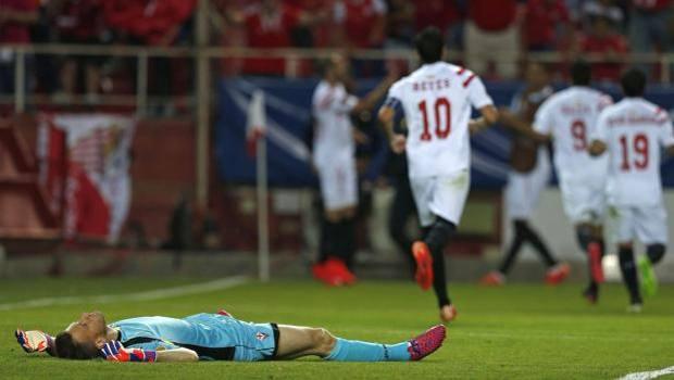 Neto a terra, mentre il Siviglia festeggia il gol del 2-0. Epa