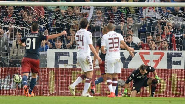 La punizione vincente di Tino Costa per il 2-1 Genoa. LaPresse