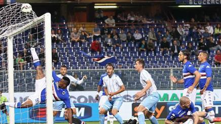 Il tentativo di Eto'o di salvare sulla deviazione di Gentiletti per l'1-0 Lazio. Lapresse