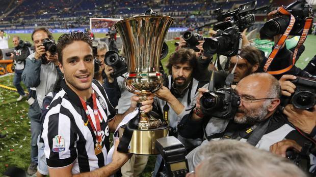 Alessandro Matri con la Coppa Italia. Reuters
