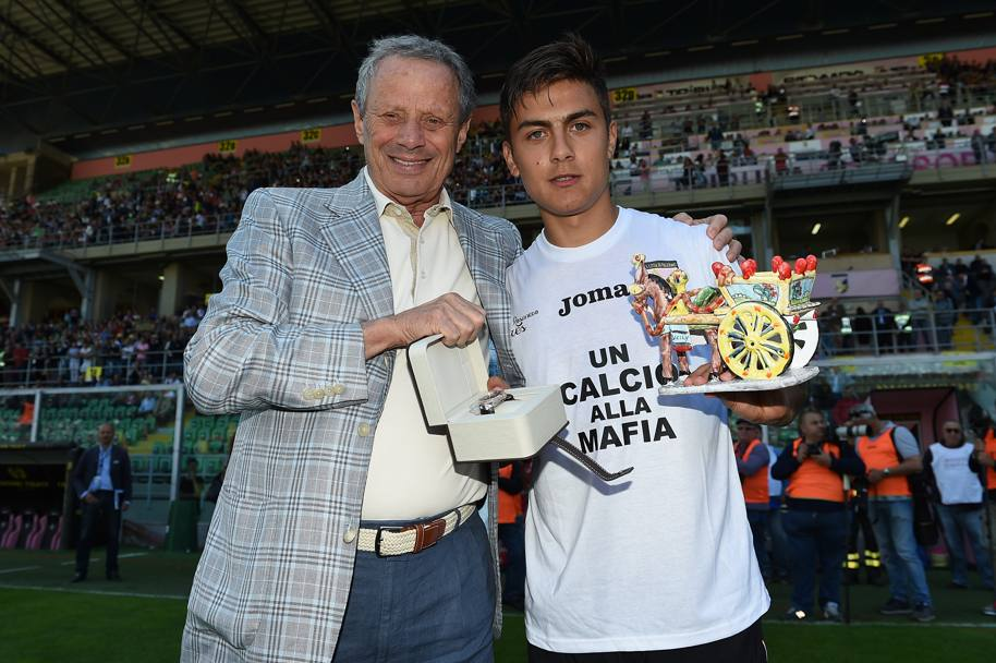 Foto ricordo con il presidente Zamparini: in mano un premio e un tipico carretto siciliano (Getty Images)