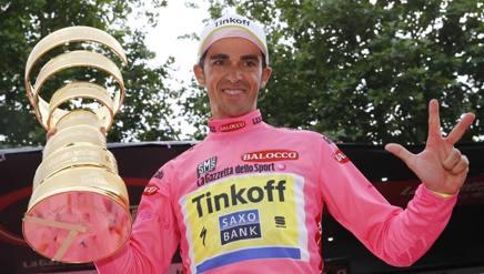Alberto Contador, 32 anni, con il trofeo Senza fine. Bettini