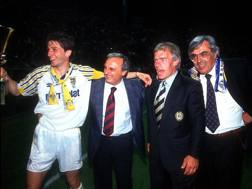 Il Parma dei tempi d'oro: da sinistra Lorenzo Mnotti, il patron Calisto Tanzi, l'allenatore Nevio Scala e il presidente Giorgio Pedraneschi. Omega