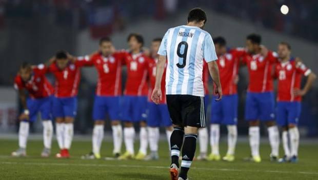Gonzalo Higuain, 27 anni, esce dal Nacional a testa bassa dopo l'errore dal dischetto. AI