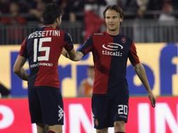 Albin Ekdal esulta dopo un gol in Cagliari-Parma. LaPresse