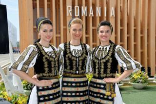 Expo, la Romania festeggia. La Polizia va in bicicletta