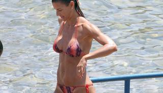 Martina Colombari sempre più sexy. La ex Miss Italia si gode Ibiza con Costacurta