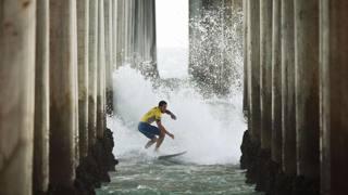 Surf impossibile in California e altri scatti del giorno