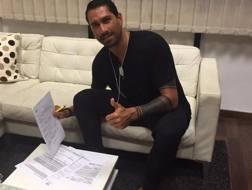 Marco Borriello, 33 anni, mentre firma il suo nuovo contratto
